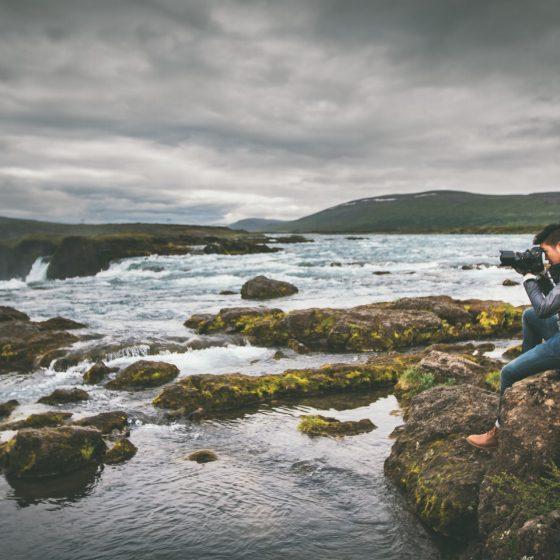 photographe au bord de l'eau