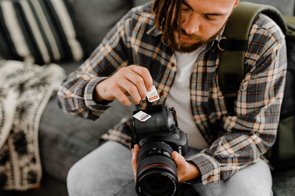 homme avec un appareil photo